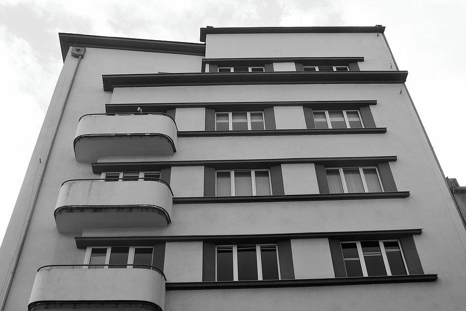 Gdynia. Elewacja kamienicy Orłowskich z narożnikiem na ostro i zaokrąglonymi balustradami balkonów. Fot. Jerzy S. Majewski