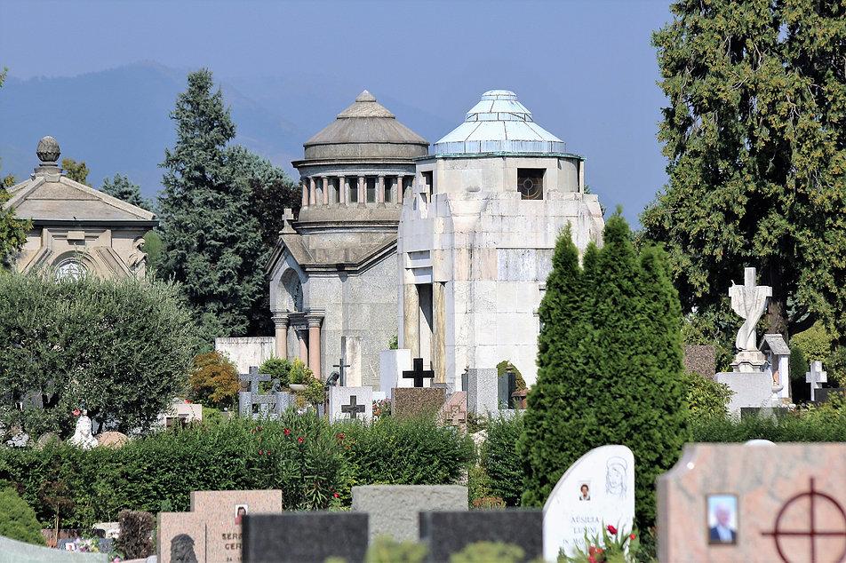 Bergamo, Cimitero Monumentale. Eklektyczne kaplice wznoszono tu do lat 30. XX w. W latach 20. pojawiło się na cmentarzu art deco. Fot. Jerzy S. Majewski