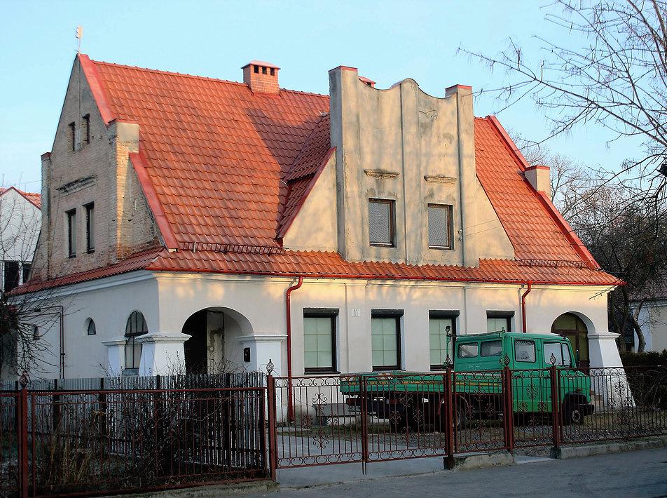 Brześć nad Bugiem. Dom dwurodzinny ze stylizowanym, modernizującym szczytem przy dawnej ulicy Pułaskiego 11 (dziś Lewanewskiego). Zachowały się dwa takie domy. Fot. Jerzy S. Majewski