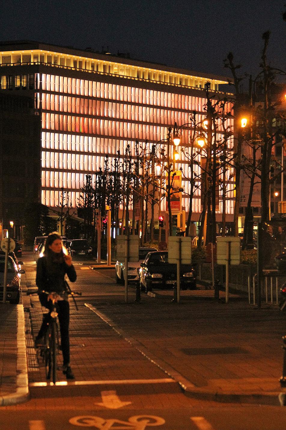 Bruksela. Bank Lambert. Widok fasady w perspektywie Boulevard du Régent. Nocą oświetlenie LED zmienia kolorystykę budynku. Fot. Jerzy S. Majewski