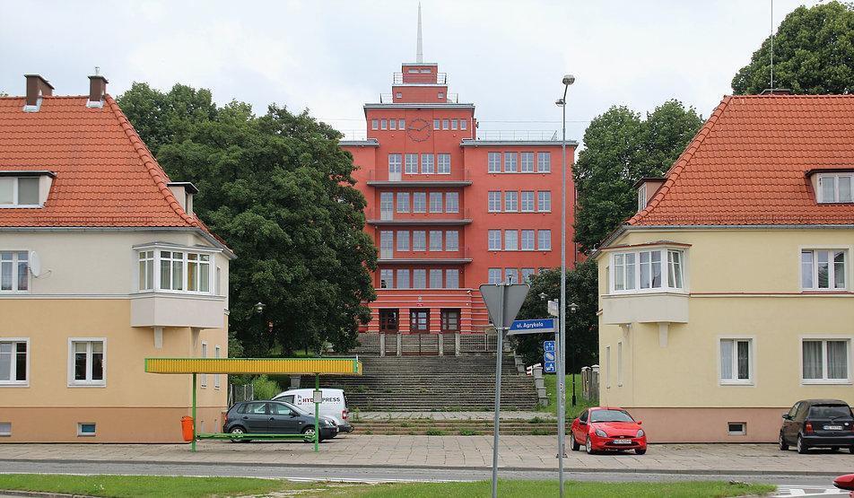 Elbląg. Dwa niskie domy stanowią bramę otwierającą widok na budynek szkoły przy dzisiejszej ul. Agrykola. Fot. Jerzy S. Majewski