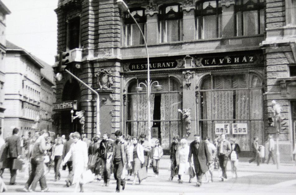 Budapeszt 1985. Erzsébet Kőrut z witryną dawnej (i obecnej) kawiarni New York. W latach 80. mocno zapyziały lokal tej legendarnej kawiarni mieścił socjalistyczną kawiarnię Hungaria. Fot. Jerzy S. Majewski