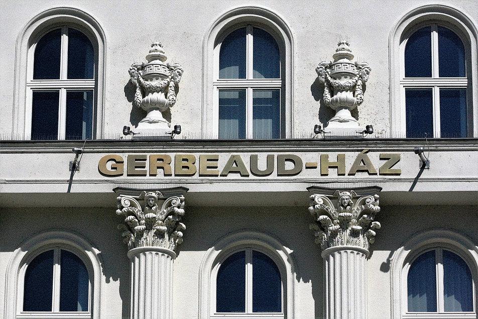 Budapeszt. Napis Dom Gerbeauda na fasadzie kamienicy przy Vörösmarty tér. Fot. Jerzy S. Majewski
