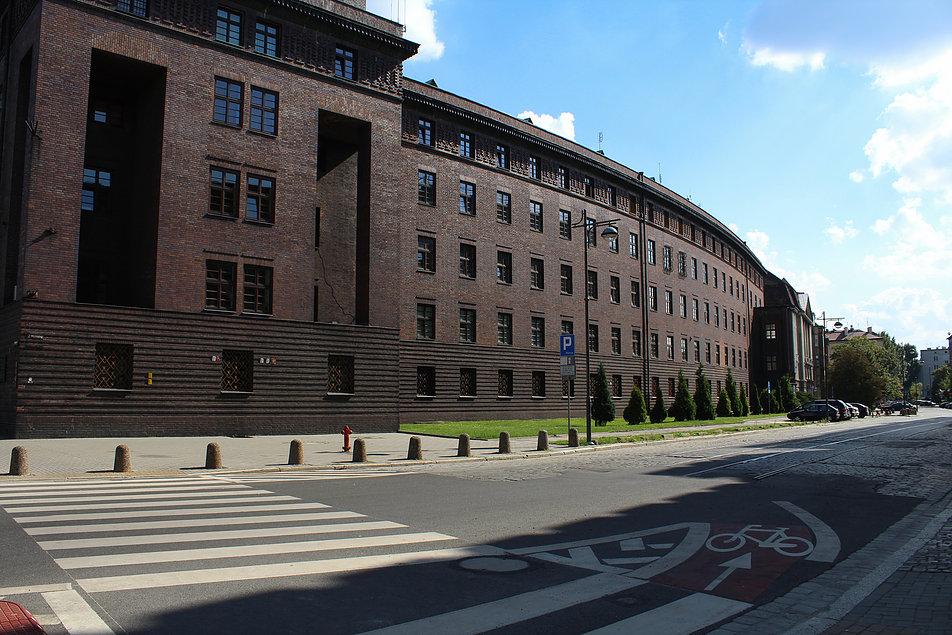 Wrocław. Gmach Prezydium Policji. Proj. Rudolf Fernholz, 1926-1928. Jakość wykonania ceglanych elewacji jest bardzo wysoka. Fot. Jerzy S. Majewski