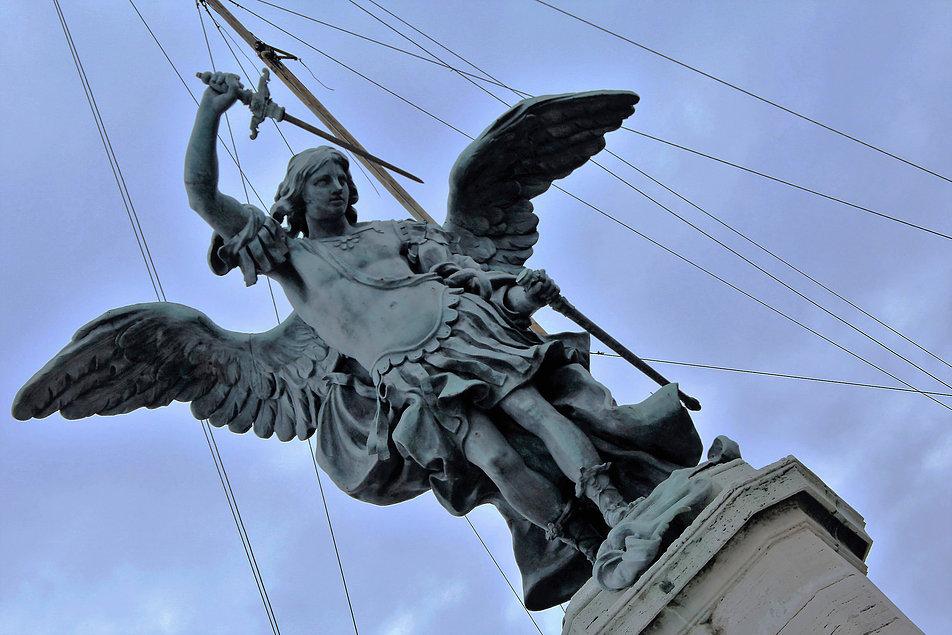 Od 1752 r. nad Zamkiem góruje figura Michała Archanioła dłuta Petera Antoona van Verschaffelta. Fot. Jerzy S. Majewski