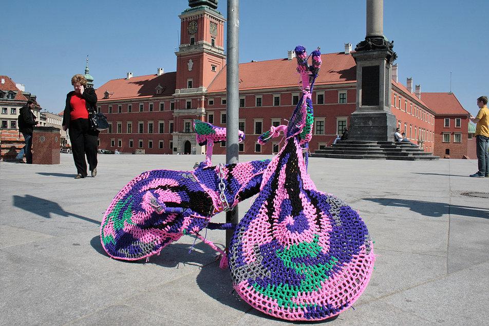 Włóczkowy rower na Placu Zamkowym w Warszawie. Fot. Jerzy S. Majewski