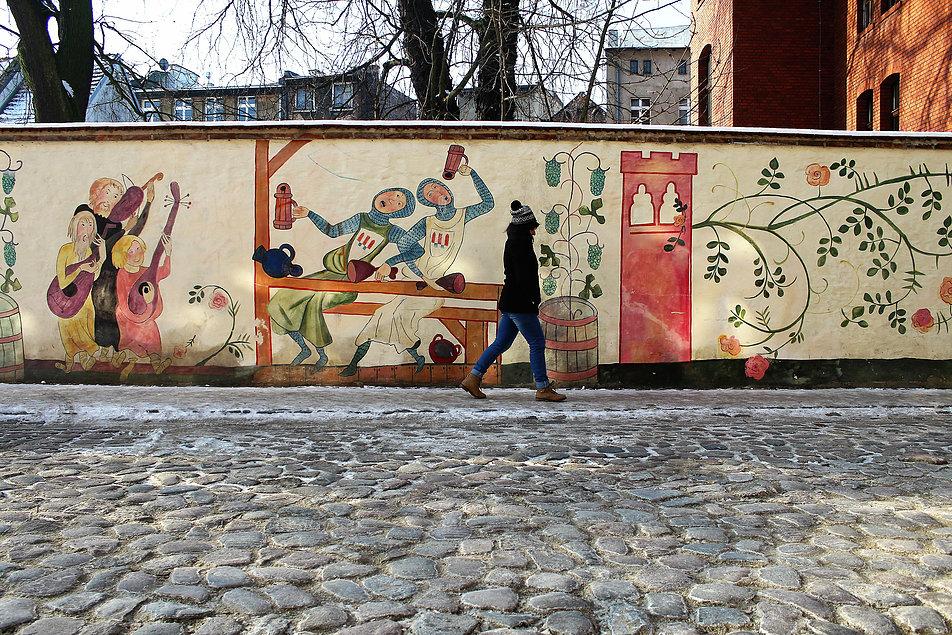 Toruń. Ulica Podzamcze z muralem. Fot. Jerzy S. Majewski