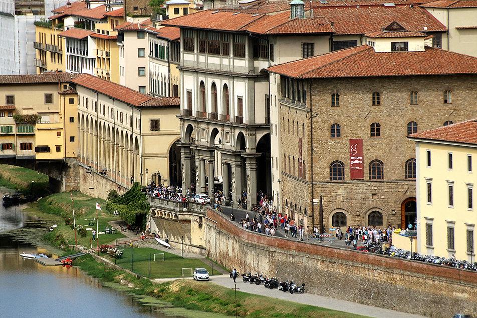 Florencja. Rzeka Arno. Wysoki budynek pośrodku to skrzydło Uffiziów. Przed nim widać wsparty na arkadach korytarz Vasariego. W listopadzie 1966 r. przez arkady przelewała się woda. Fot. Jerzy S. Majewski