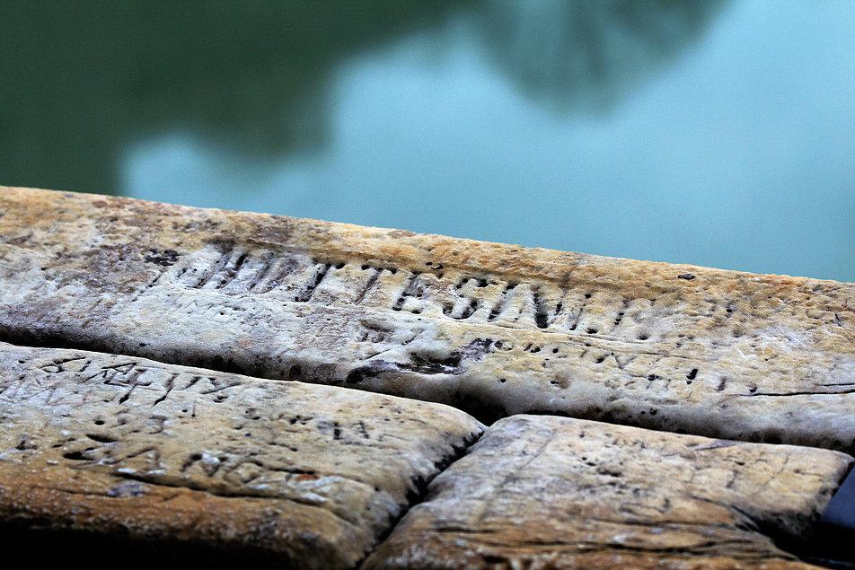 Rzym. Zamek. św. Anioła. Na balustradzie tarasu nie brakuje podpisów wandali. Najstarsze pochodzą sprzed kilkuset lat i same są już zabytkiem. Fot. Jerzy S. Majewski