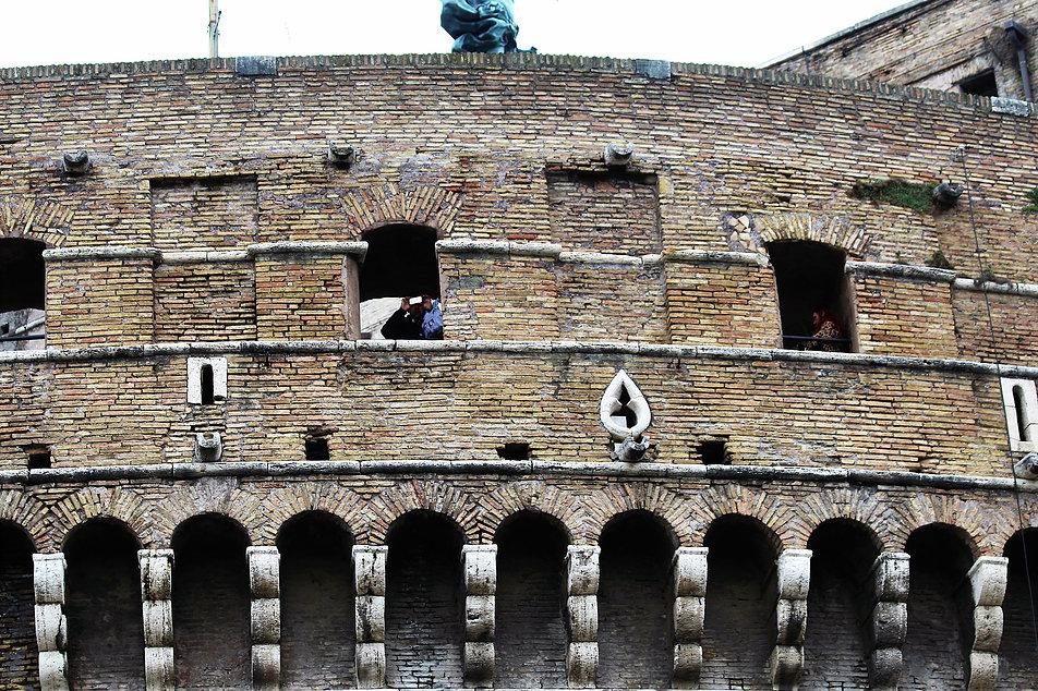 Rzym. Zamek św. Anioła. Fragment nadbudowanego tubusa z machikułami i otworami strzelniczymi. Machikuły to ganek wsparty na kroksztynach z otworami w podłodze, przez które można było lać np. rozgrzaną smołę na wrogów usiłujących wspiąć się na mury. Fot. Jerzy S. Majewski