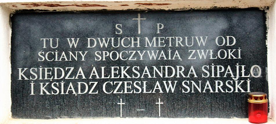 Mińsk Białoruski. Tablica informująca o miejscu pochówku dwóch księży wmurowana w elewację kościoła. Fot. Jerzy S. Majewski