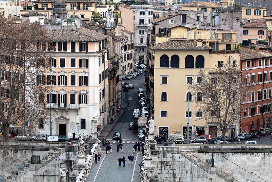 Rzym. Via del Banco di Santo Spirito. Wytyczona na osi Zamku, na wprost papieskiej loggi. Z lewej wybiega pod kątem Via do Panico, z prawej Via Paola. Fot. Jerzy S. Majewski