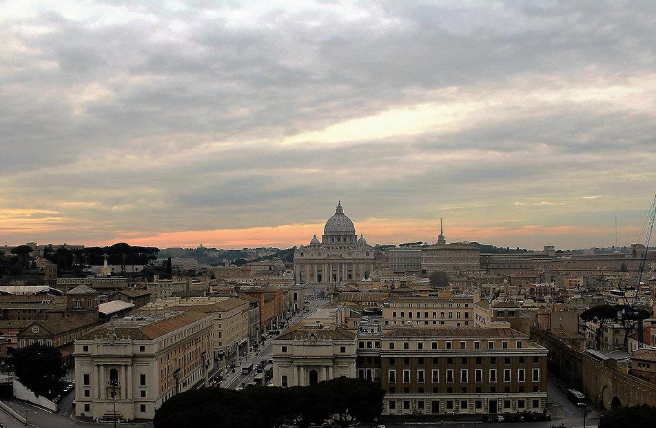 Rzym. Widok z Zamku św. Anioła na Watykan. W początku XVI w. trwała budowa nowej bazyliki w miejscu starej, wczesnochrześcijańskiej. Z prawej fragment muru Honoriusza z tajnym korytarzem. Widoczna pośrodku szeroka Via della Conciliazione wytyczona została dopiero w XX w. za czasów Mussoliniego. Fot. Jerzy S. Majewski