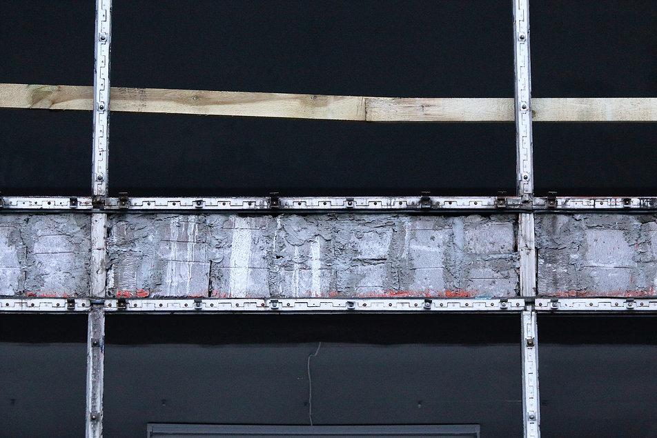 """Warszawa. Pawilon handlowy """"Emilia"""". Z tego miejsca zdemontowany został aluminiowy fryz z ryflowanych płyt. Fot. Jerzy S. Majewski"""