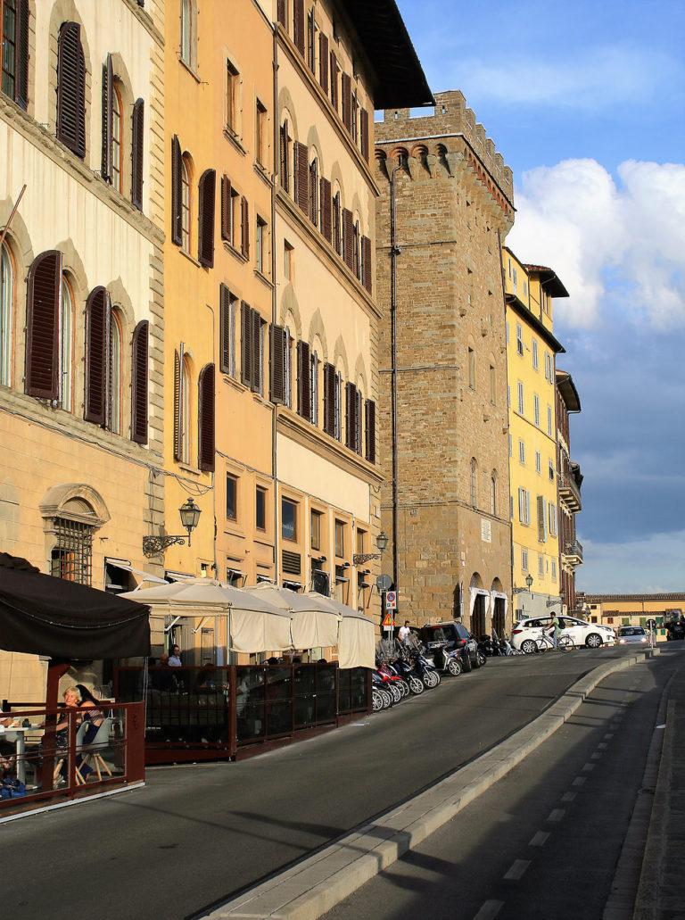 Florencja. Bulwar Lungarno Corsini. Gotycka wieża w głębi to palazzo Spini Ferroni, stojący na wysokości Ponte Santa Trinitá. W 1966 woda dochodziła tu do pierwszego piętra. Fot. Jerzy S. Majewski