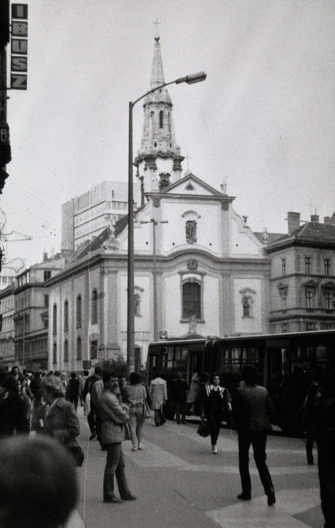 Budapeszt 1985. Felszabadulás tér w Peszcie z kościołem Franciszkanów. Widać przegubowy autobus ikarus, zatrzymujący się na przystanku. Z lewej reklama biura podróży IBUSZ. Fot. Jerzy S. Majewski