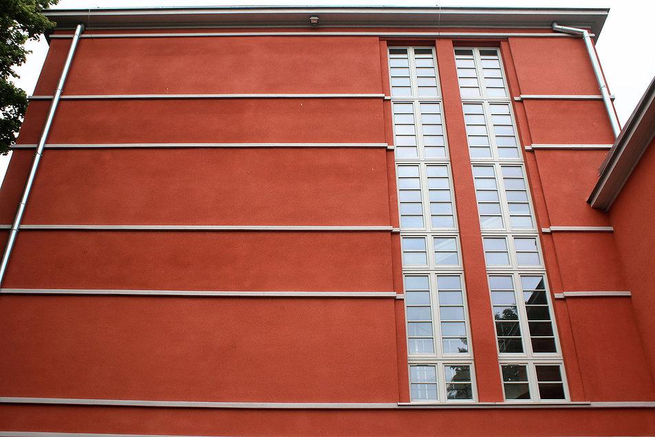 """Elbląg. Dawna Jahnschule. Dziś gimnazjum. Modernistyczne, """"termometrowe"""" okna klatki schodowej w elewacji bocznej. Fot. Jerzy S. Majewski"""