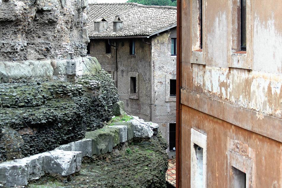 Rzym. Zamek św. Anioła. Na fragmentach murów widać resztki marmurowej okładziny z czasów antyku. Fot. Jerzy S. Majewski