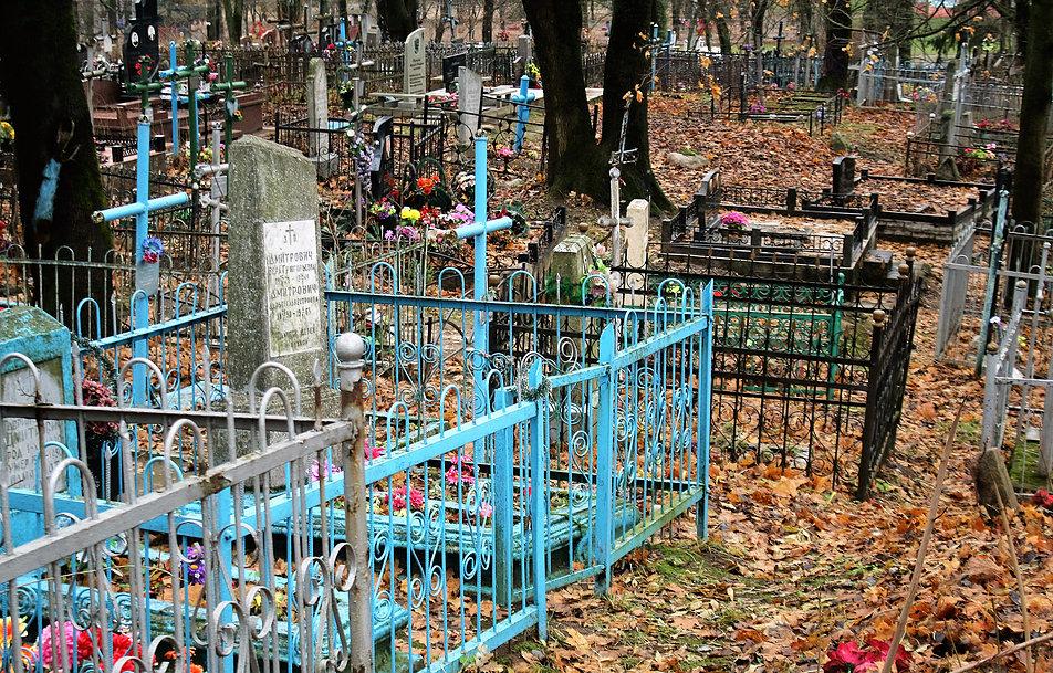 Mińsk Białoruski. Cmentarz na Kalwarii. Widok ogólny. Powojenne groby, jak na większości cmentarzy prawosławnych, otoczone są metalowymi ogrodzeniami. Fot. Jerzy S. Majewski