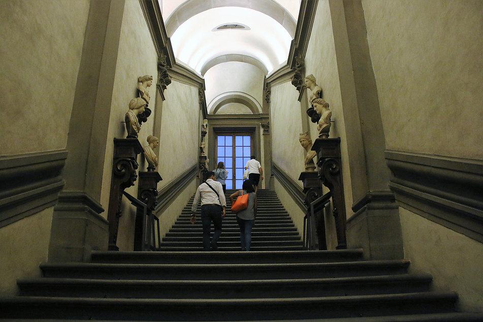 Florencja. W trakcie powodzi po tych schodach w galerii Uffizi pracownicy przenosili na wyższe piętra setki arcydzieł sztuki europejskiej. Fot. Jerzy S. Majewski