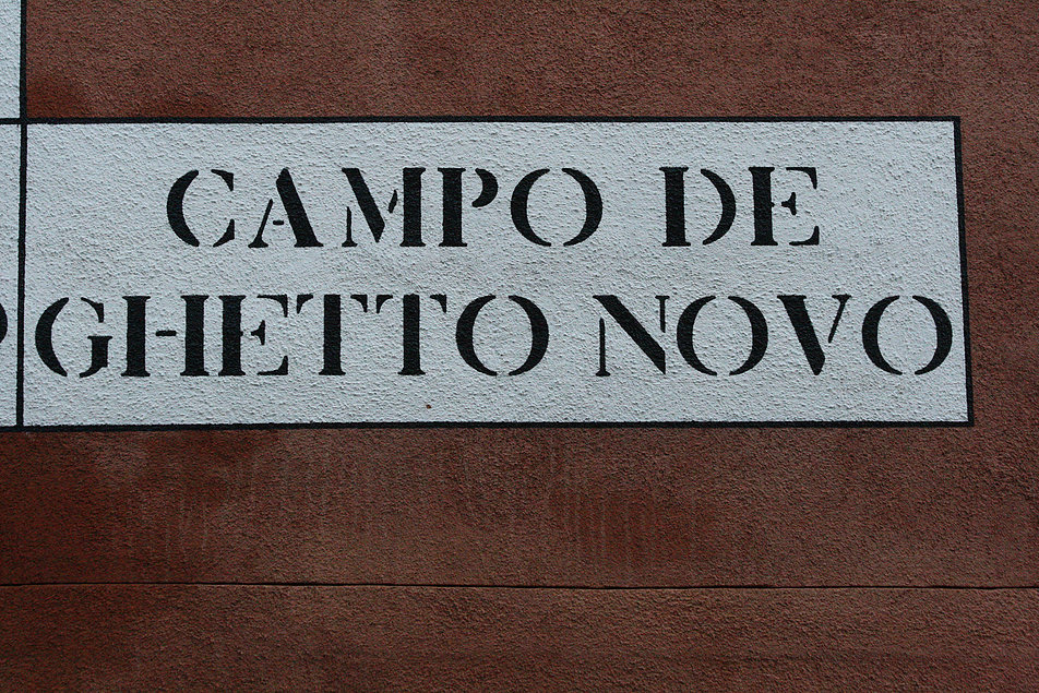 Wenecja. Campo de Ghetto Novo. W Wenecji tabliczki z nazwami ulic są malowane. Fot. Jerzy S. Majewski