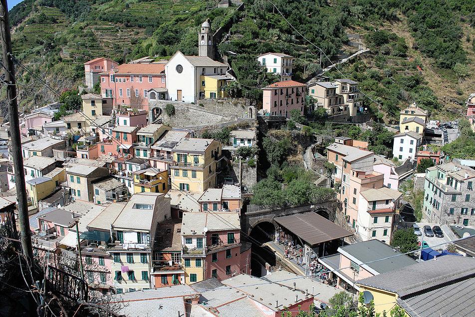 Jak do wszystkich miasteczek Cinque Terre i tutaj można dojechać koleją. Stacja ulokowana jest pomiędzy wylotami tunelu. Fot. Jerzy S. Majewski