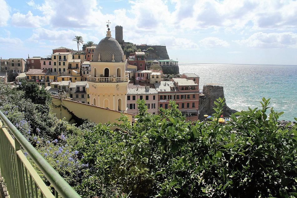 Vernazza. Widok miasteczka, pośrodku nowożytna wieża kościoła St. Margeritha. W głębi zamek Dioriów. Fot. Jerzy S. Majewski