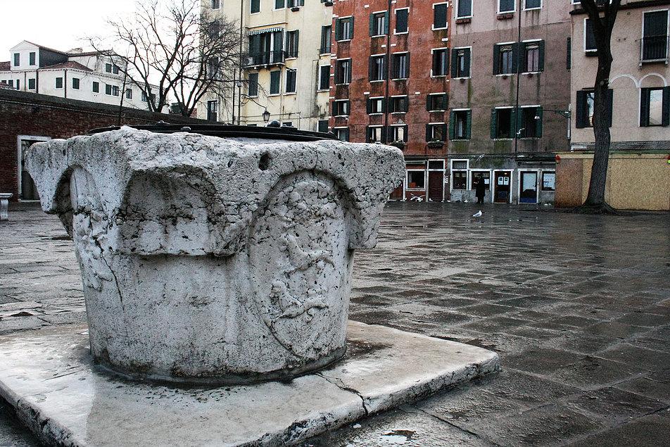 Wenecja. Campo de Ghetto Novo. Kamienna studnia. Fot. Jerzy S. Majewski