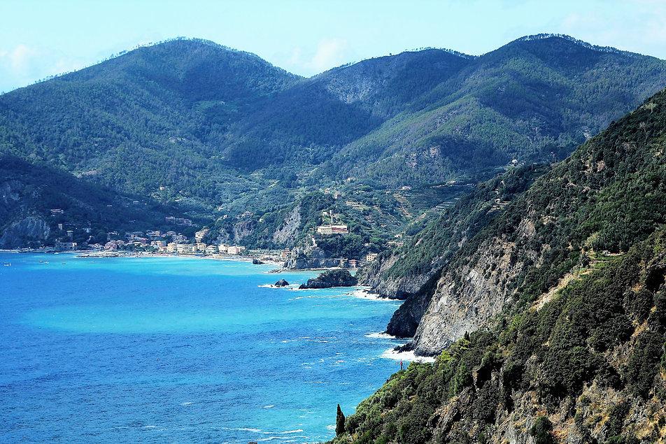 W tej zatoce znajduje się ostatnia z miejscowości Monterosso al Mare, rozdzielona pośrodku wyniosłą skałą z zamkiem na cyplu. Fot. Jerzy S. Majewski