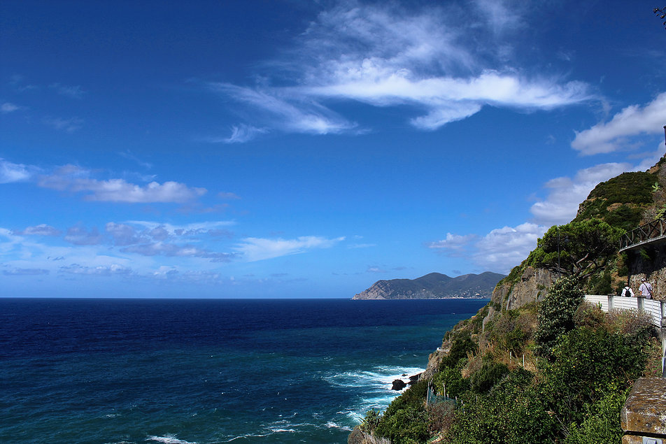 Cinque Terre widziane od strony Riomaggiore - pierwszego z miasteczek. W oddali u stóp góry Monterosso al Mare - piąte, najdalsze miasteczko. Fot. Jerzy S. Majewski