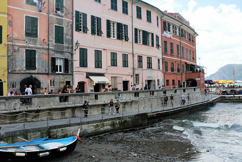 Vernazza. W sercu miasteczka obok naturalnego portu znajduje się główny plac - Piazza Marconi. Fot. Jerzy S. Majewski