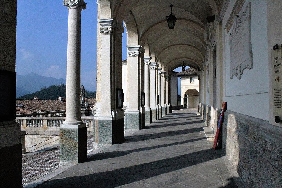 Loggia bazyliki Santa Maria Assunta. W głębi Oratorio dei Disciplini. Fot. Jerzy S. Majewski