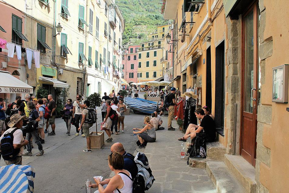 Vernazza. Dziś miasteczko żyje z turystów. Na zdjęciu główna ulica miejscowości Via Roma. Fot. Jerzy S. Majewski