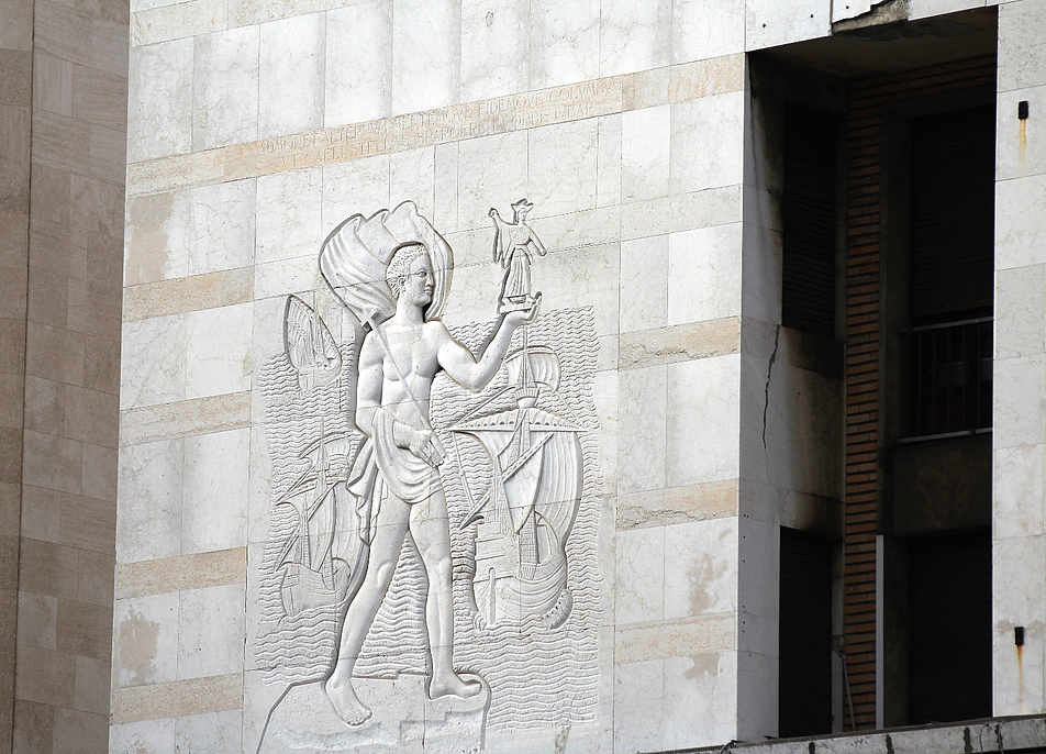 Genua.Torre Piacentini. Relief na elewacji w partii cokołowej. Fot. Jerzy S. Majewski