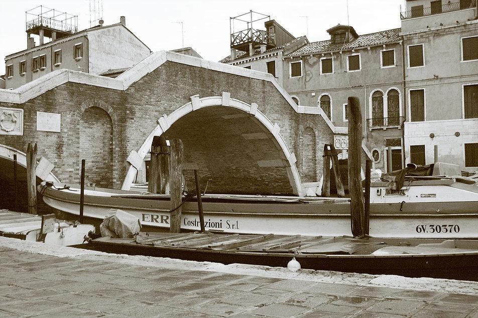 Wenecja. Canale di Cannaregio. Ponte dei Tre Ponti. Archi. Fot. Jerzy S. Majewski