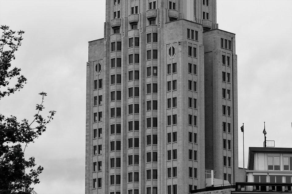 Antwerpia. Torengebouwen. Fragment wież z pionami wykuszy. Fot. Jerzy S. Majewski