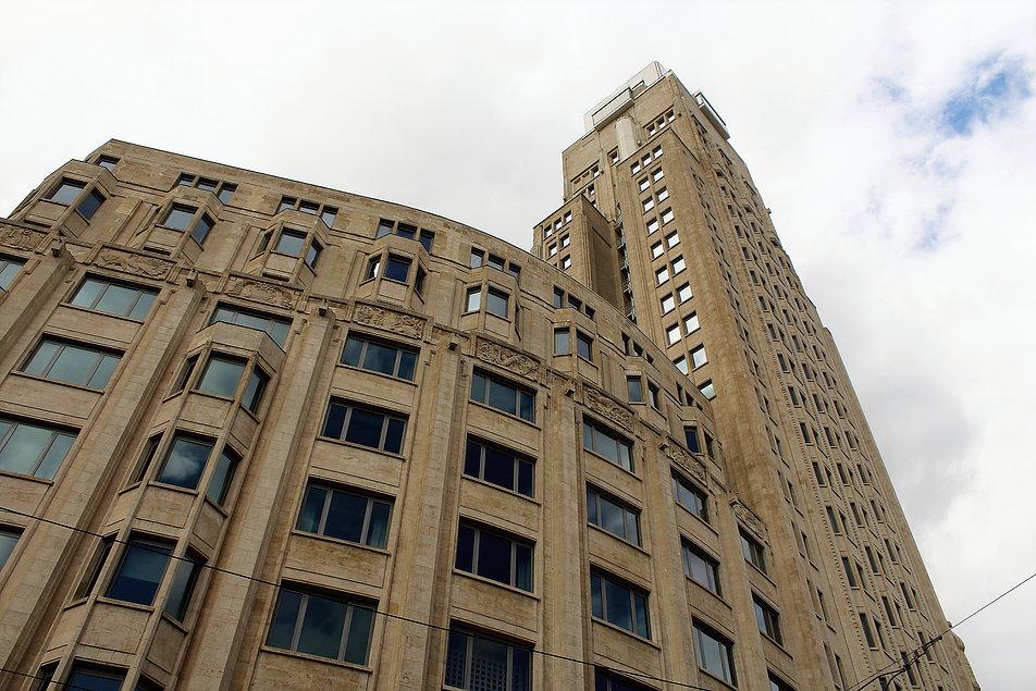 Antwerpia. Torengebouwen. Fragment elewacji niższej partii budynku z wieża. Fot. Jerzy S. Majewski
