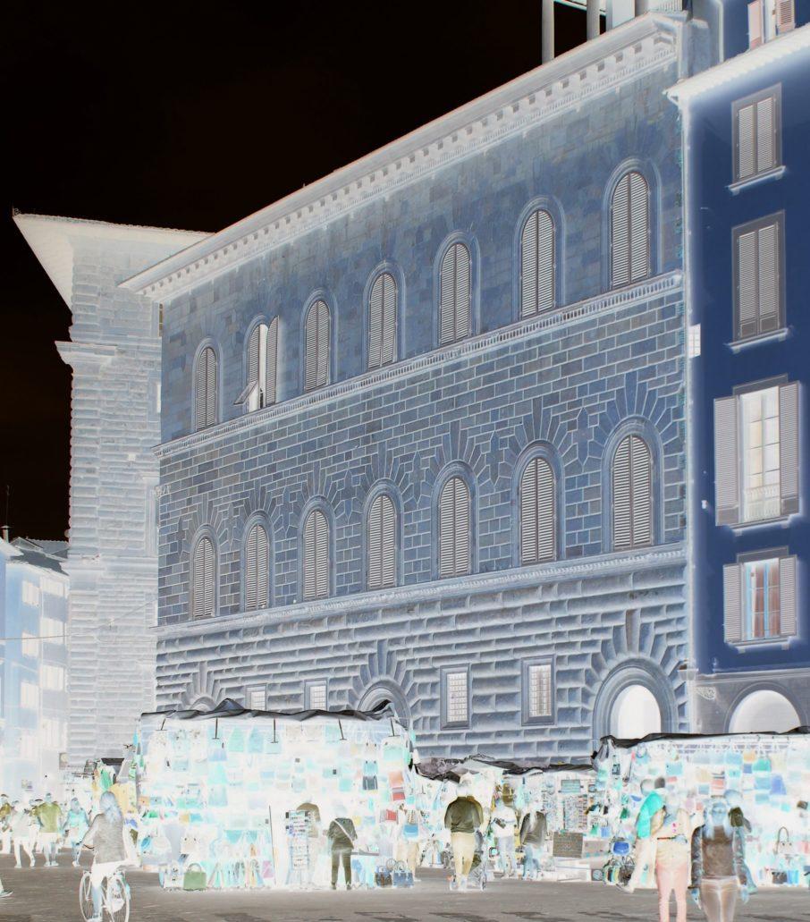 Warszawa. Kamienica przy Marszałkowskiej 110. Na zdjęciu widać charakterystyczne klińce nad oknami o nieco ostrołukowym rysunku