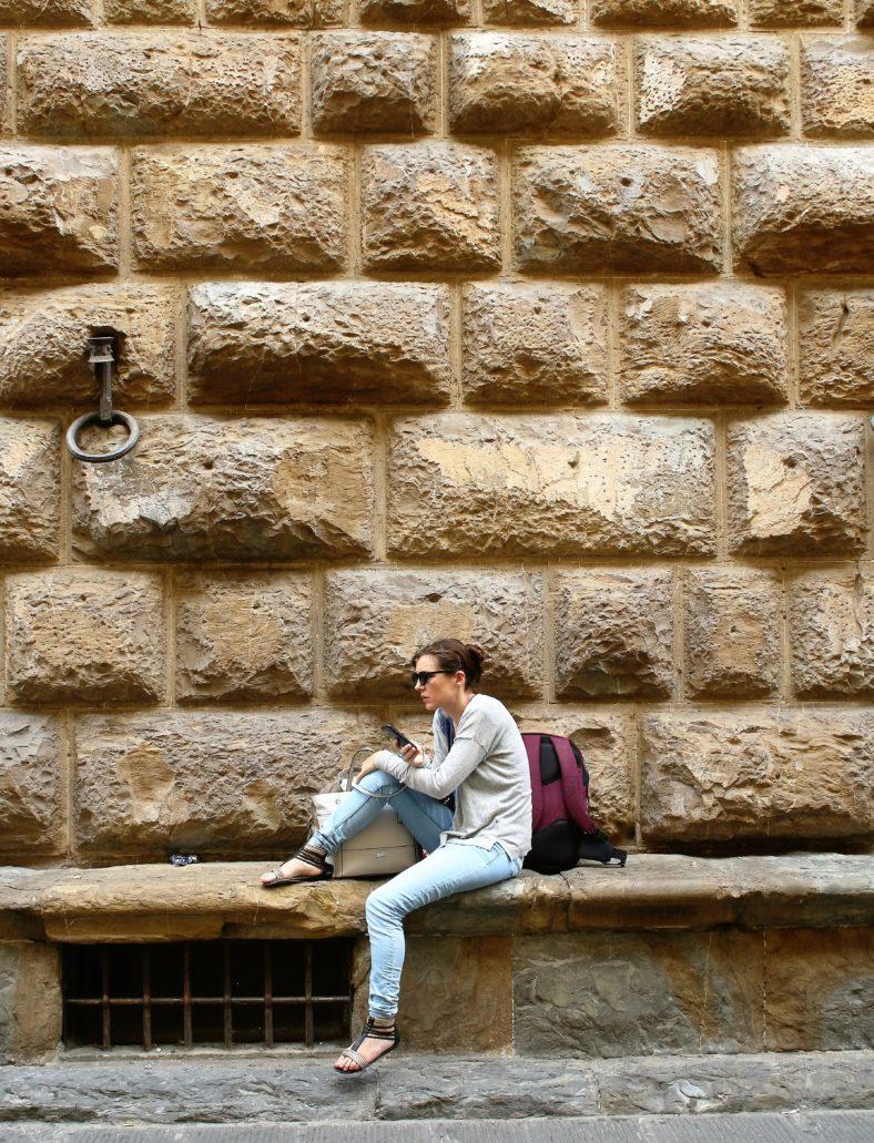Florencja. Palazzo Medici. Partery florenckich pałaców zazwyczaj nie mają okien. Za to obłożone są ciosami o cyklopiej skali i otoczone kamiennymi ławeczkami. Fot. Jerzy S. Majewski