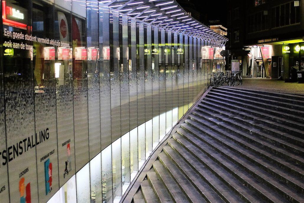Leuven. Z obydwu stron przystanku autobusowego boczne ściany podziemnego parkingu rowerowego odsłonięte są dzięki amfiteatralnie ukształtowanym nieckom. Fot. Jerzy S. Majewski