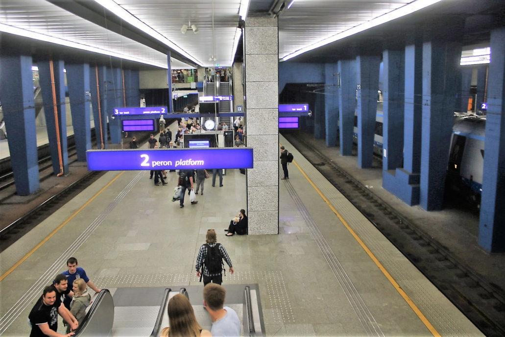 Hala peronowa Dworca Centralnego. Pośrodku peronu pomiędzy schodami ruchomymi stanął słup. Fot. Jerzy S. Majewski