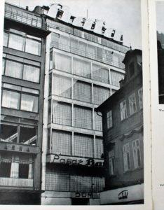 praga-palac-baty-elewacja-od-strony-kameralnego-placyku-jungmannova-okolo-1939-r-strona-z-wydanego-przez-niemcow-albumu-das-tausendjahrige-prag-fot-jsm