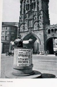 zdjecie-z-policjantem-kierujacym-ruchem-przed-gotycka-prasna-brama-po-zajeciu-przez-niemcow-pragi-strona-z-ksiazki-das-tausendjahrige-prag-img_9824