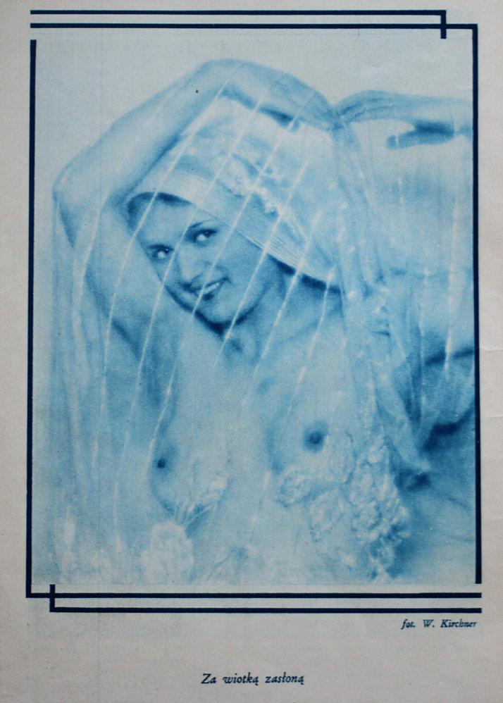 """""""Za wiotką zasłoną"""". Akt Włodzimierza Kirchnera. Ten były ksiądz katolicki był wpływową postacią w świecie warszawskich fotografików. Jako pierwszy w Polsce pojął czym jest fotografia artystyczna. W jego zakładzie przy Wierzbowej portretowało się wiele osobistości międzywojennej Warszawy. Fotografia z miesięcznika """"Naokoło Świata"""" z 1932 r."""
