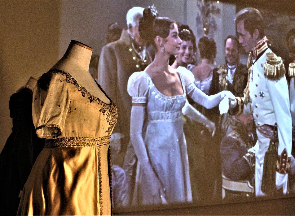 Fragment wystawy poświęconej kostiumom filmowym włoskich projektantów w rzymskim Palazzo Braschi. Audrey Hepburn jako Natasza Rostowa na balu. Fot. Jerzy S. Majewski