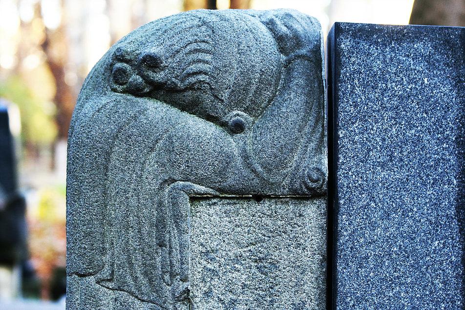 Warszawa. Cmentarz Żydowski. Płaczka z grobu Michała Rosenblata zmarłego w 1931 r.
