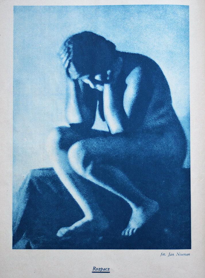 """""""Rozpacz"""". Klasyczny akt Jana Alojzego Neumana. Ten lwowski fotografik (działający w Warszawie od 1934 r.) odwoływał się do historii malarstwa i rzeźby inscenizując wystudiowane kompozycje. Był też wytrawnym znawcą technik fotograficznych. Strona z miesięcznika """"Naokoło Świata"""" z 1932 r."""