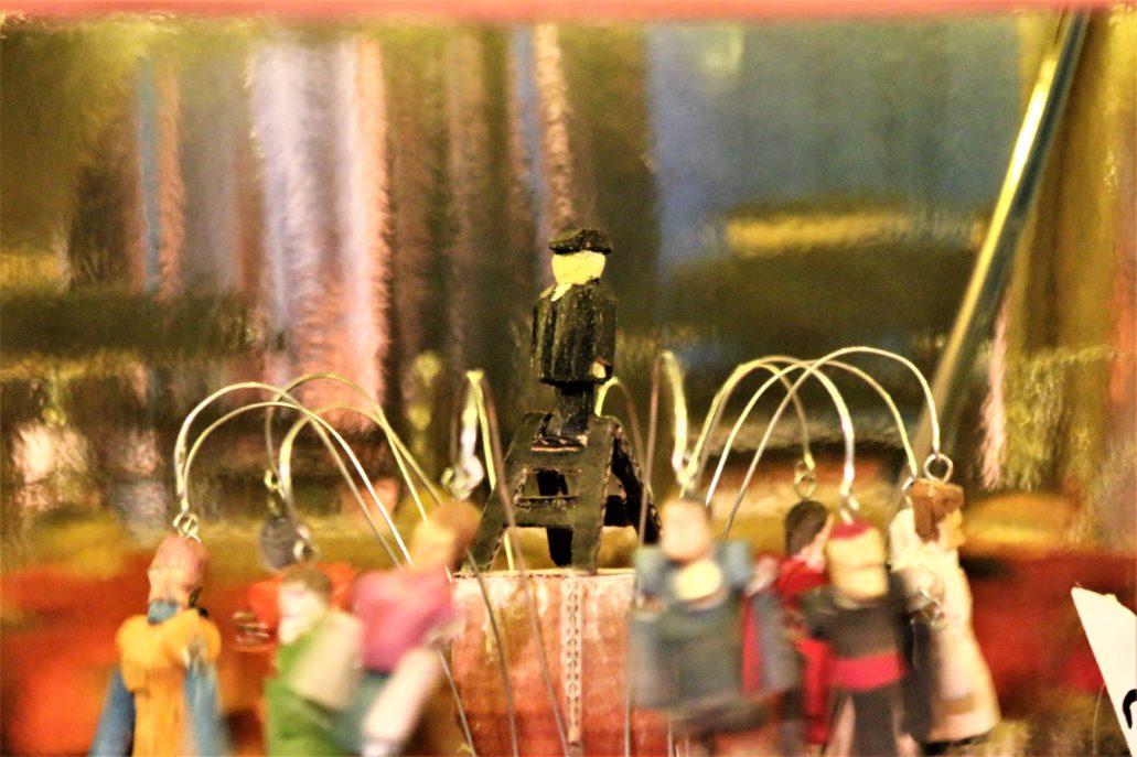 Kraków. Pałac Krzysztofory. Andrzej Majewski. Szopka. Mały człowieczek na drabince, a wokół chocholi taniec marionetek. Fot. Jerzy S. Majewski