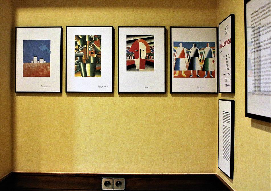 Warszawa. Hotel Polonia Palace. Sala im. Kazimierza Malewicza. Reprodukcje z pracami artysty. Fot. Jerzy S. Majewski