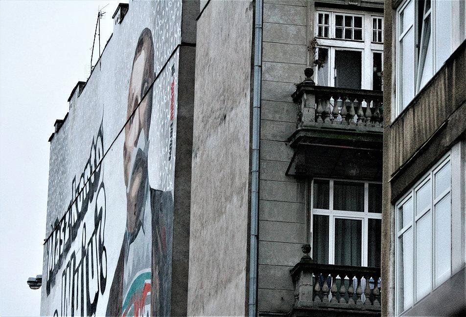 Warszawa. Polna Corner. Taki widok na kamienicę przy Jaworzyńskiej jeszcze niedawno otwierał się z wyjścia ze stacji metra Politechnika. Fot. Jerzy S. Majewski